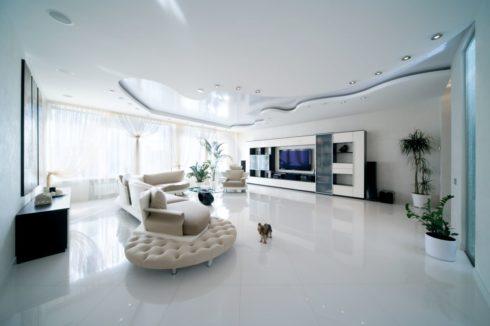 белоснежный глянцевый потолок