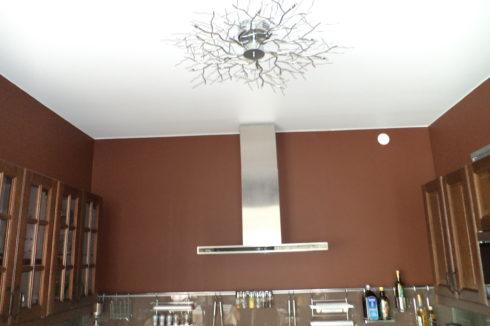 комната с необычной люстрой
