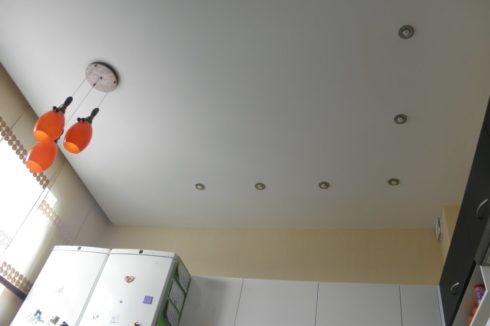 Белый потолок с оранжевыми люстрами