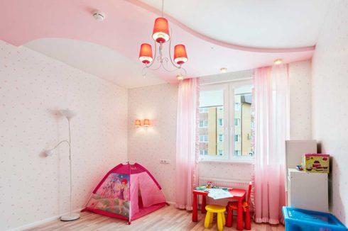 бледно розовый потолок детская