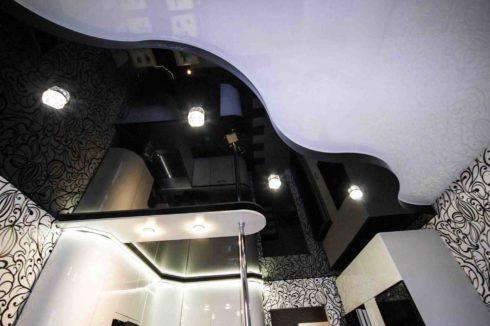 черный и белый потолок