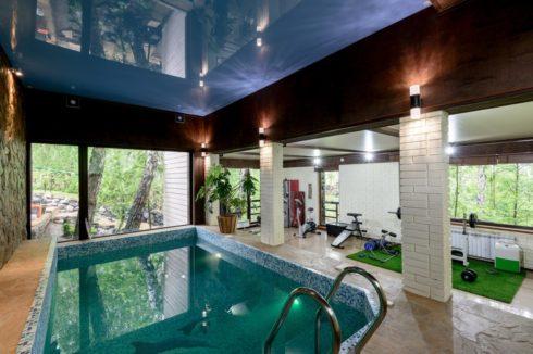 темно-синий потолок в басейне