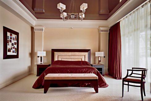 насыщенно коричневый потолок