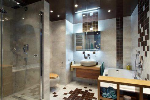 коричневый одноуровневый потолок в ванной