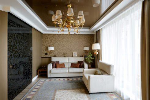 коричневый потолок с панорамным окном