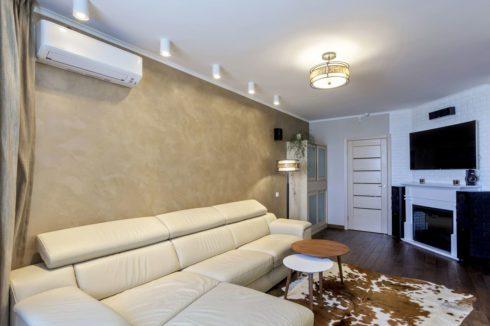 белый потолок натяжной в комнатке