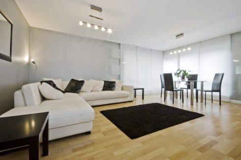 белый потолок в комнатке