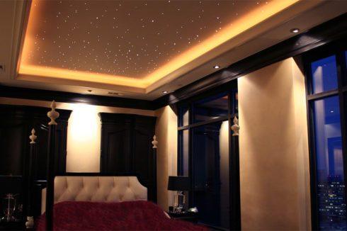 комната с теплой подсветкой неба