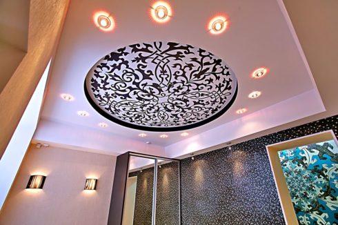 потолок с узором и подсветкой
