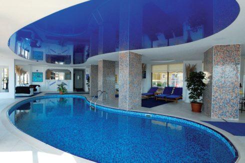 синий глянец над бассейном