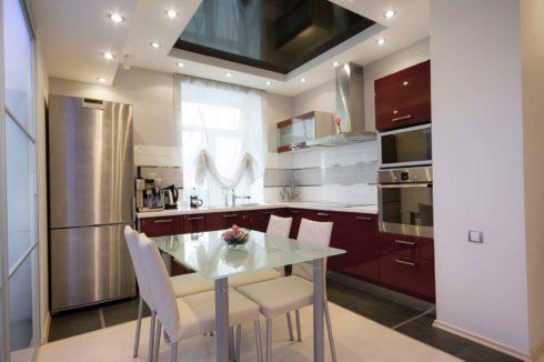 черновато-пурпурный потолок на кухне