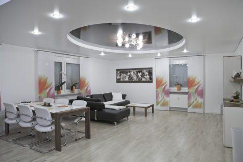 белый глянцевый потолок в гостинке
