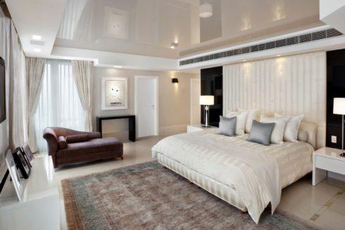 белый глянец спальня потолок