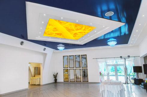 темно-синий потолок в зале