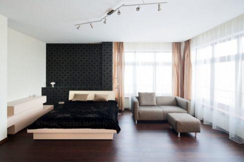 комната с диваном и кроватью