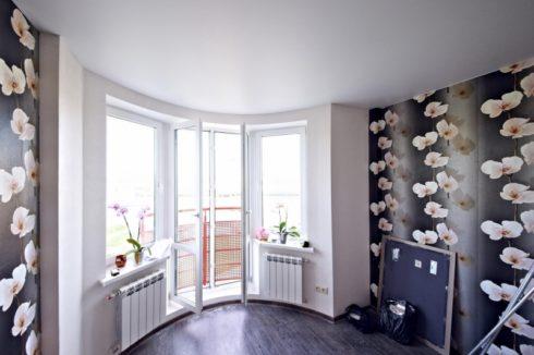 комната с обоями цветов