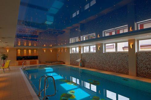 бассейн с темно-синим цветом