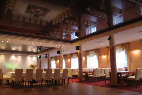 темно-коричневый потолок в столовой