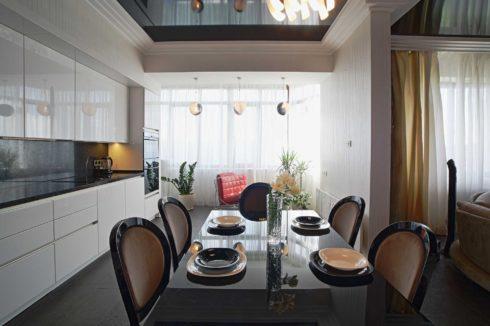 черный потолок на белой кухне