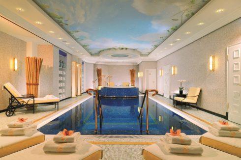 бассейн с потолком небо и точечной подсветкой