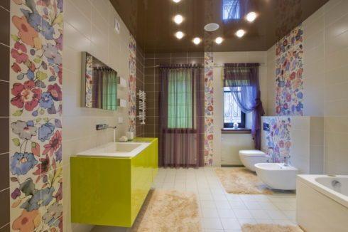 коричневый потолок глянцевый в ванной
