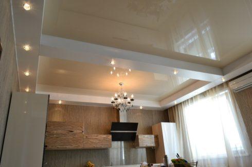 бледно песочный потолок на кухне