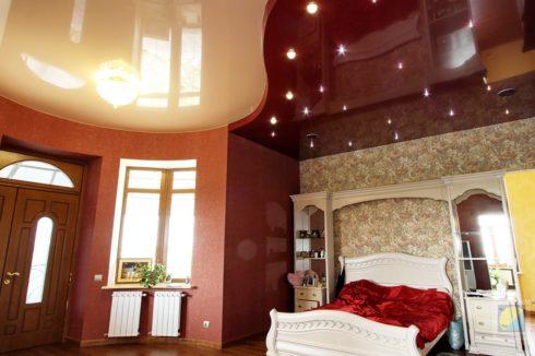 бордовый и бежевый глянец спальня