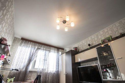 белый потолок в комнате
