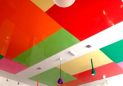 Разноцветные комбинированные потолки: фото