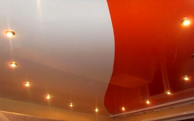 Двуцветный комбинированный потолок: фото